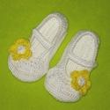 Törpilla cipője:), Ruha, divat, cipő, Cipő, papucs, Horgolás, Ez a pár kiscipő horgolással készült, fehér színű, rajta nagy sárga virággal:) 8-12,5 cm-ig kérhető..., Meska