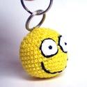 Mosolygós fej kulcstartó, Mindenmás, Kulcstartó, Horgolt mosolygós sárga gömb:) Pamutvattával tömtem ki, 4 cm átmérőjű. A kulcstartó karika..., Meska
