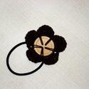 Barna virágos hajgumi, Ruha, divat, cipő, Hajbavaló, Hajgumi, Horgolás, Fekete hajgumira rávarrt barna virág, aminek a közepe egy nagy natúr fagomb. 6 cm átmérőjű. Más szí..., Meska