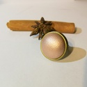 Púder metál színű műbőr borítású gyűrű, Ékszer, Gyűrű, A gyűrű alapja bronz színű, nikkelmentes fém. A gyűrű díszítő elemét púder (fényes, hal..., Meska
