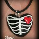 Bordás szív nyaklánc, Ékszer, Medál, Nyaklánc, Fekete szív alakú medál bordákkal és apró piros szívvel díszítve.  Süthető gyurmából készítettem egy..., Meska