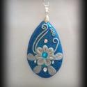 Kék csepp medál, Ékszer, Szerényen csillogó kék csepp alakú medál szolíd fehér virágmintával díszítve.  Szerelék anti allergé..., Meska