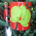 Zöld Orchideás bögre + kiskanál., Otthon & lakás, Konyhafelszerelés, Bögre, csésze, Gyurma, Piros kerámia bögre Orchideával díszítve és hozzá készült kiskanál. A díszítés süthető gyurmából  (..., Meska