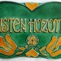 Isten hozott tábla, Magyar motívumokkal, Képzőművészet, Szobor, Kerámia, A táblát hagyományos székelyföldi mintakincs díszíti. A fehér agyagot pedig sárga és zöld..., Meska