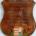 Magyar Hiszekegy, Magyar motívumokkal, Képzőművészet, Szobor, Kerámia, A táblát hagyományos magyar mintakincs díszíti. A fehér agyagot pedig kerámiamázzal festette..., Meska