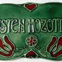 Isten hozott tábla, Magyar motívumokkal, Képzőművészet, Szobor, Kerámia, A táblát hagyományos székelyföldi mintakincs díszíti. A fehér agyagot pedig fazekas zöld é..., Meska