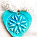Türkiz szív élet-virága motívummal, Az szívet fehér agyagból készítettem, majd ke...