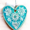 Türkiz szív indás virágmotívummal, Az szívet fehér agyagból készítettem, majd ke...