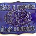 Béke a bejövőre tábla, A táblát hagyományos székelyföldi mintakincs ...