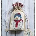 """""""Ödön, a hóember"""" mikulás zsák keresztszemes díszítéssel, Karácsonyi, adventi apróságok, Karácsonyi dekoráció, Ajándékzsák, Varrás, Anyaga: pamutvászon Mérete: 25 x 22 cm Kiváló egyedi ajándék, különleges és környezetkímélő csomago..., Meska"""