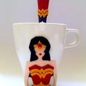 Wonderwoman szuper csaj bögre és kanál (süthető gyurmával díszítve), Férfiaknak, Konyhafelszerelés, Otthon, lakberendezés, Bögre, csésze, Gyurma, Wonderwoman szuperhősös teázó szett. A minta süthető gyurmából készült. Ha szeretnéd a Marvel szupe..., Meska