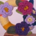 Virágos koszorú. Kopogtató. Ajtódísz., Dekoráció, Otthon, lakberendezés, Dísz, Koszorú, Ajtódísz, kopogtató, Horgolás, Körbehorgoltam egy koszorúformát és szintén horgolt virágokkal díszítettem. Élénk, kellemes látvány..., Meska