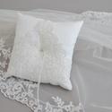 Gyűrűpárna - francia csipkével díszítve, Esküvő, Gyűrűpárna, Esküvői dekoráció, Menyasszonyi ruha, Varrás, Klasszikus elegancia ami tökéletesen passzol hagyományos és vintage esküvőhöz egyaránt. Most lehető..., Meska