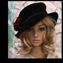 LORI - textilbőr-kalap, Hollófekete puha textilbőr-kalap piékkel formá...