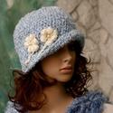 VERONA - romantikus flapper-kalap, Ruha, divat, cipő, Kendő, sál, sapka, kesztyű, Sapka, Női ruha, A '20-as évek stílusában készült, mélyen fejbe húzható kalapocska.  Baba-kék  és tört-fehér puha buk..., Meska