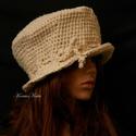 GYAPJÚCILINDER  -  horgolt kalap, Ruha, divat, cipő, Női ruha, Kendő, sál, sapka, kesztyű, Sapka, Rusztikus nyers gyapjúfonalból horgolt, cilinder formájú bohém fejfedő. Sűrű, merev horgolású, forma..., Meska