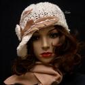 CLOCHE-ART szett - kötött kalap sállal / ivory-kreol, Ruha, divat, cipő, Női ruha, Kendő, sál, sapka, kesztyű, Sapka, Tört-fehér gyapjú, és buklés fonal-mixből kötött modellem a '20-as évek flapper-stílusában, aszimmet..., Meska