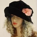 """ANDERSEN - romantikus bársonykalap, Ruha, divat, cipő, Kendő, sál, sapka, kesztyű, Sapka, Női ruha, Fekete bársonyból terveztem ezt a romantikus """"mesebeli"""" kalapom. Ezt a darabot egy kis organza-rózsá..., Meska"""