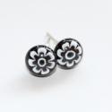 Mini kisvirág üvegékszer füli, Fekete alapra fehér millefiori virágot olvasztot...
