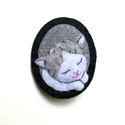 Cicás kitűző, Ékszer, Bross, kitűző, Hímzés, Varrás, A kitűző egyedi megrendelésre készült. Modellje egy igazi cica, akit Bajszinak hívnak.   A cica von..., Meska