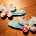 Kék csitt csat pár rózsa mintás pillangó dísszel, Ruha, divat, cipő, Hajbavaló, Hajcsat, Pihe-puha textil bevonatú csitt csat pár, rózsa mintás kék pillangó dísszel, amelyet a közep..., Meska