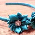 Ragyogó kék szatén hajpánt 2 tündöklô szatén virággal, Ruha, divat, cipő, Hajbavaló, Hajpánt, Mindenmás, Szatén bevonatú hajpánt 2 db szatén virág dísszel, közepükön csillogó dekorációval.  Az általam kiv..., Meska