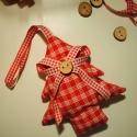Textil karácsonyfa, Egy country stílusú dísz, fa gombbal és kocká...