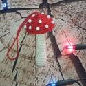 Gomba karácsonyfadísz, Dekoráció, Dísz, Horgolás, Gyöngyökkel díszített kézi horgolású gomba dísz.Akasztóval van ellátva így akár karácsonyfadíszként..., Meska