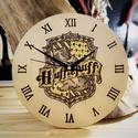 Harry Potter Falióra - Hugrabug Címer, Dekoráció, Otthon, lakberendezés, Falióra, Famegmunkálás, Fotó, grafika, rajz, illusztráció, Kézzel készült, pirográffal égetett, színezett falióra. Átmérő: 22cm  Kiváló ajándék minden rajongó..., Meska
