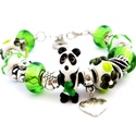 Pandakaland! - fekete fehér és zöld charm karkötő pandora stílusban pandával, Ékszer, Karkötő, Egy bambuszágat fogó panda alakú, fehér alapon bambusz mintás és zöld virágos pandora lámpa..., Meska