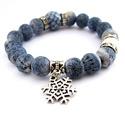 Hófelhő... - fagyos kék és fehér ásvány karkötő festett korallból, Ékszer, Karkötő, Ez a karkötőt egy fehér porcelán, egy kékesszürke fazettált üveg és kékre festett korallgy..., Meska