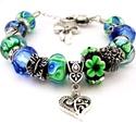 Charlotte! - kék és zöld virágos charm karkötő pandora stílusban pillangóval és csokorral, Ékszer, Karkötő, Fekete alapon kék és zöld virágos, zöld alapon kék mintás pandora lámpagyöngyökből, valam..., Meska