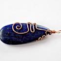 Trendi, minimalista: Egyedi lapis lazuli csepp medál, drót-technikával készült antikolt réz foglalattal, Ékszer, Esküvő, Medál, Esküvői ékszer, Ékszerkészítés, Csepp alakú, nagy lapis lazuli ásvány gyönyörű mélykék-éjkék-királykék színben, melyhez drót techni..., Meska
