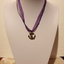 Vasmacska organza, Ékszer, Nyaklánc, 40 cm hosszú lila organza szalagra fűzött vasmacska medál., Meska