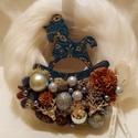 Szőrmés  kopogtató, Karácsony & Mikulás, Karácsonyi dekoráció, Mindenmás, Hosszú szőrű,fehér kopogtató.Különlegessége az egyedi készítésű hintaló.Szárított növényekkel,izlan..., Meska
