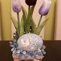 Tulipános-kavicsos asztaldísz, Otthon & Lakás, Dekoráció, Asztaldísz, Decoupage, transzfer és szalvétatechnika, Virágkötés, Festett, antikolt fa alapot élethű tulipánnal és egy különleges kerámia kaviccsal díszítettem. Mére..., Meska