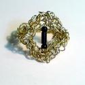 Sárgaréz gyűrű fekete gyöngyökkel, Ékszer, óra, Ruha, divat, cipő, Gyűrű, Ékszerkészítés, Horgolás, Sárgarézből horgoltam ezt a mutatós gyűrűt. A horgolt rombusz alakú keretbe fekete gyöngy díszítést..., Meska