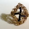 Sárgaréz gyűrű kereszt alakban elrendezett gyöngyökkel, Ékszer, óra, Gyűrű, Ékszerkészítés, Horgolás, Sárgarézből horgoltam ezt a mutatós gyűrűt. A horgolt rombusz alakú keretbe kereszt alakban fekete ..., Meska