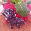 Triceratopsz dinoszaurusz, Gyerek & játék, Játék, Játékfigura, Hímzés, Varrás, Saját, kézzel rajzolt sablon mintájára készítettem ezt a háromszarvú dinót. Gyapjúfilcből varrtam, ..., Meska
