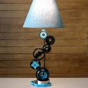 Autóalkatrészből, Fogaskerekekből asztali lámpa, Otthon, lakberendezés, Lámpa, Asztali lámpa, Hangulatlámpa, Mindenmás, Nagyrészt kormánymű szervószivattyú alkatrészeiből készült ez az asztali lámpa de megtalálható még ..., Meska