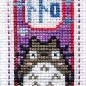 Totoro hímzett könyvjelző, Képzőművészet, Textil, Hímzés, Totoro-s keresztszemes hímzéssel készített könyvjelző. Anyaga kongré. Mérete: 10,6 x 5,8 cm. A köny..., Meska