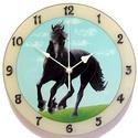 Lovas óra , Otthon, lakberendezés, Férfiaknak, Falióra, Hagyományőrző ajándékok, Festészet, Festett tárgyak, Üvegfestett falióra.  Fríz lovat ábrázol. Fekete ló emelkedik ki a kék egéből és a fű zöldjéből. A ..., Meska