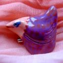 Lökött gyöngytyúk kitűző, Ékszer, Bross, kitűző, Saját kezűleg készített kerámia kitűző.Nagyon vicces darab,lila- lazac rózsaszínű és piro..., Meska