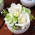 Zöld-krém elegancia asztaldísz II., 6x6 -os gyöngyház színű porcelán vázába zö...