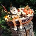 Sünis őszi kosár, Dekoráció, Otthon, lakberendezés, Ünnepi dekoráció, Asztaldísz,  Fonott kosárkába lógó lábú süni figurát, habrózsákat, textilből készült tököt és az ősz kincseit te..., Meska