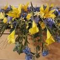 Sárga-kék asztali dísz , Sárga selyemrózsák, sárga liliomok, kék horte...