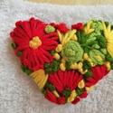 Hímzett virágos szív alakú bross kitűző, Ékszer, Bross, kitűző, Hímzett virágos szív alakú brosst ajánlok Neked,  mely boldogságot hoz ha ránézel, Meska