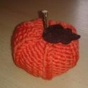 Kötött sütőtök / őszi dekoráció, Dekoráció, Otthon, lakberendezés, Dísz, Asztaldísz, Kötés, 10 cm átmérőjű , 7 cm magas ( tök magassága + 3 cm a szára ) narancssárga fonalból kötött sütőtök d..., Meska