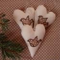 Hímzett madárkás szív dísz szett, Dekoráció, Karácsonyi, adventi apróságok, Ünnepi dekoráció, Karácsonyfadísz, Karácsonyi dekoráció, Ezek a molinóból készült, kézzel hímzett szívek kiváló díszei lehetnek az őszi és téli ..., Meska