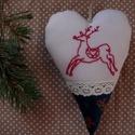 Hímzett szarvasos karácsonyi szív dísz, Dekoráció, Ünnepi dekoráció, Karácsonyi, adventi apróságok, Karácsonyi dekoráció, Hímzés, Varrás, Kézzel hímzett szarvasos szív, mely kiváló dísze lehet az őszi, téli otthonnak. Kedves ajándék lehe..., Meska